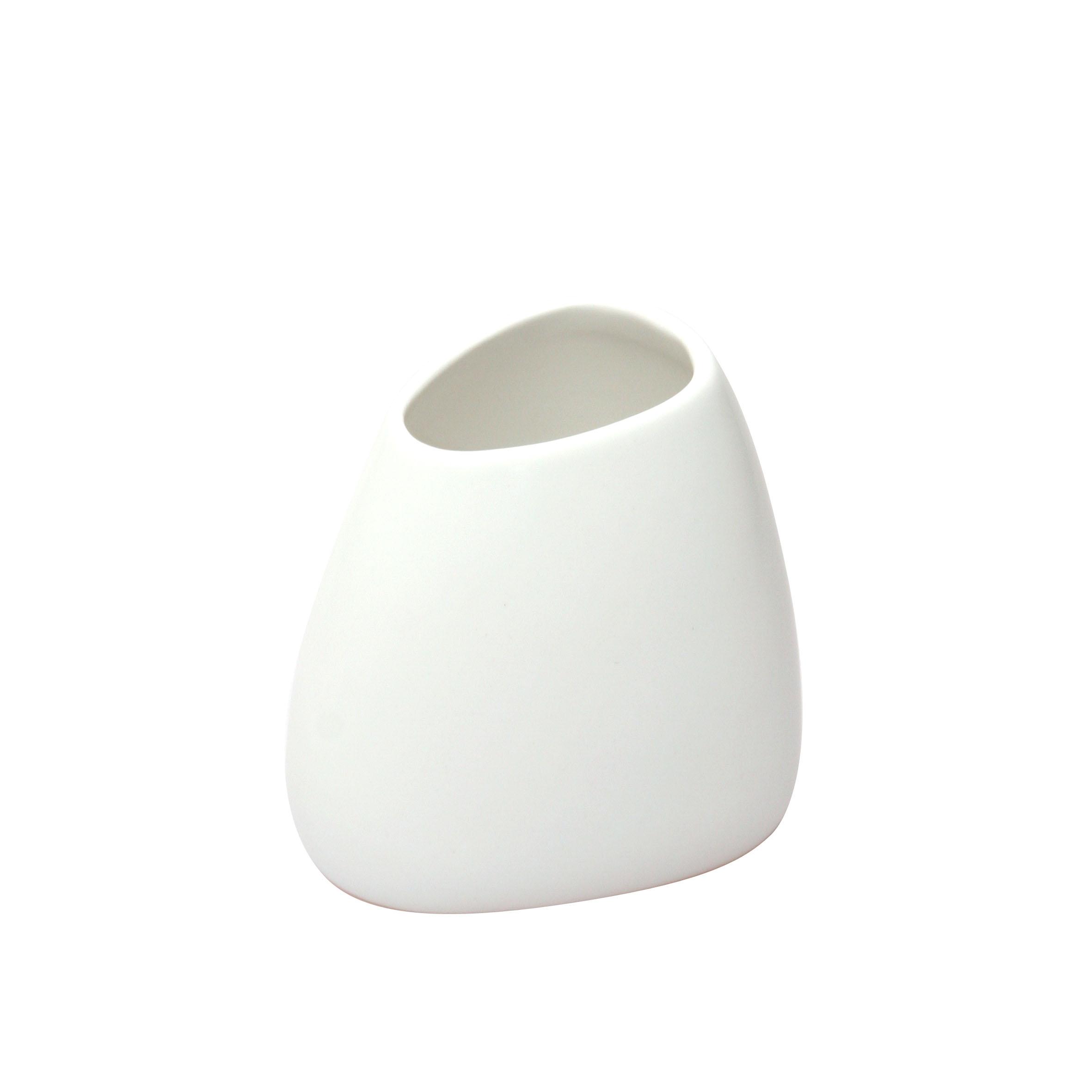 Стакан для зубных щеток Axentia LassloRG-D31SСтакан для зубных щеток Axentia Lasslo выполнен из матовой керамики оригинальной формы. Изделие превосходно дополнит интерьер ванной комнаты.