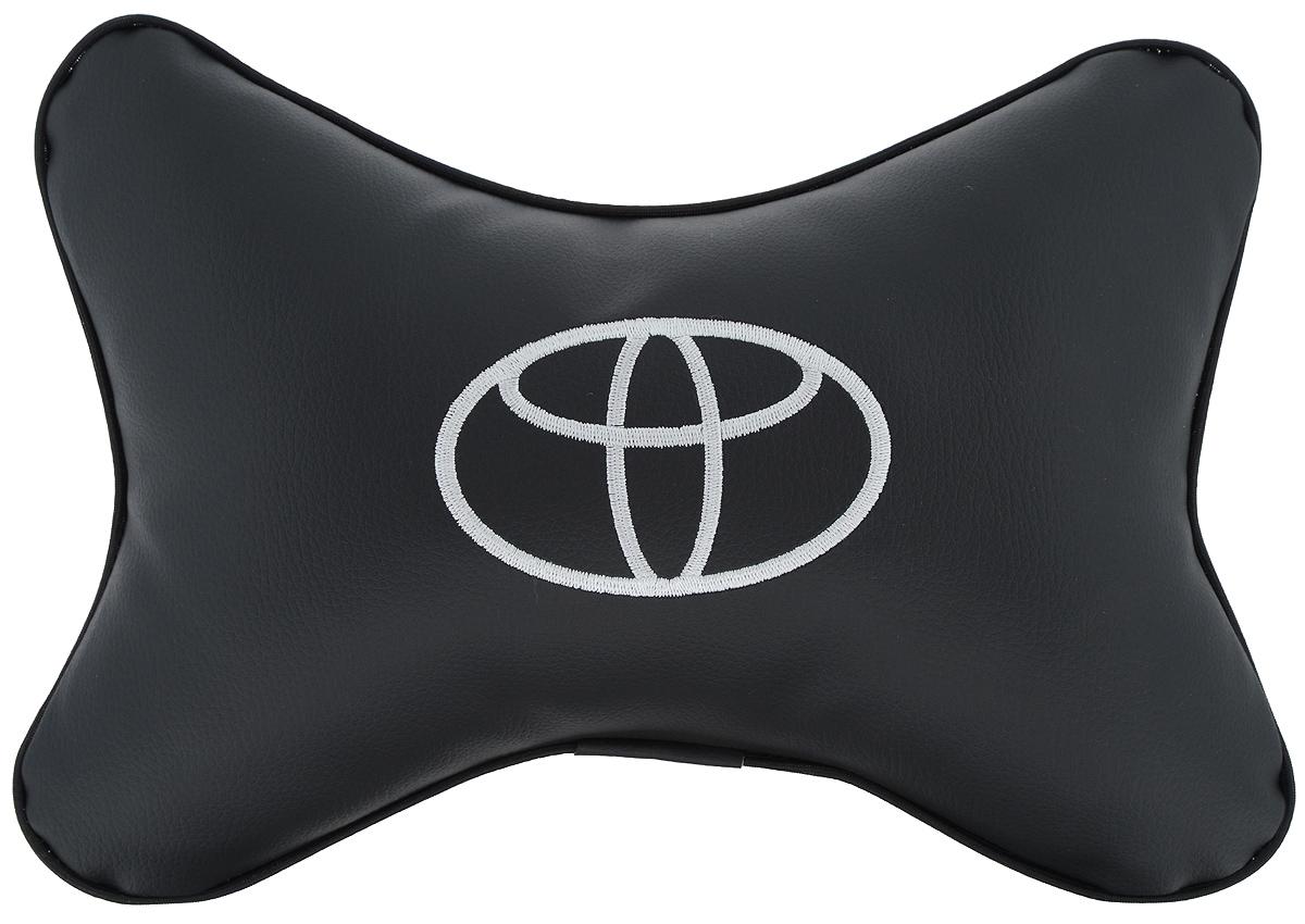 Подушка автомобильная Autoparts Toyota, на подголовник, цвет: черный, белый, 30 х 20 см94672Автомобильная подушка Autoparts Toyota, выполненная из эко-кожи с мягким наполнителем из холлофайбера, снимает усталость с шейных мышц, обеспечивает правильное положение головы и амортизирует нагрузки на шейные позвонки при резком маневрировании. Ее можно зафиксировать на подголовнике с помощью регулируемого по длине ремня. На изделии имеется молния, с помощью которой вы с легкостью сможете поменять наполнитель. Если ваши пассажиры захотят вздремнуть, то подушка под голову окажется очень кстати и поможет расслабиться.
