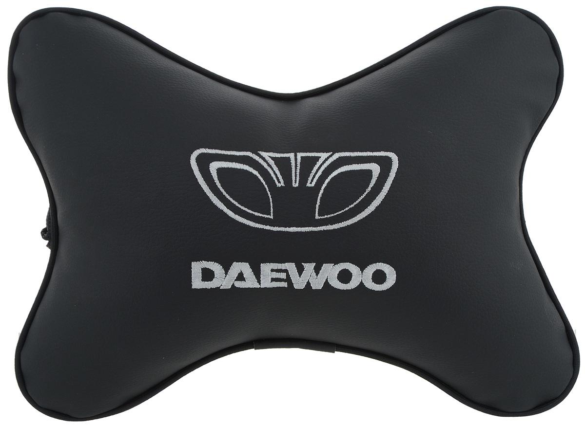 Подушка автомобильная Autoparts Daewoo, на подголовник, цвет: черный, белый, 30 х 20 смВетерок 2ГФАвтомобильная подушка Autoparts Daewoo, выполненная из эко-кожи с мягким наполнителем из холлофайбера, снимает усталость с шейных мышц, обеспечивает правильное положение головы и амортизирует нагрузки на шейные позвонки при резком маневрировании. Ее можно зафиксировать на подголовнике с помощью регулируемого по длине ремня. На изделии имеется молния, с помощью которой вы с легкостью сможете поменять наполнитель. Если ваши пассажиры захотят вздремнуть, то подушка под голову окажется очень кстати и поможет расслабиться.