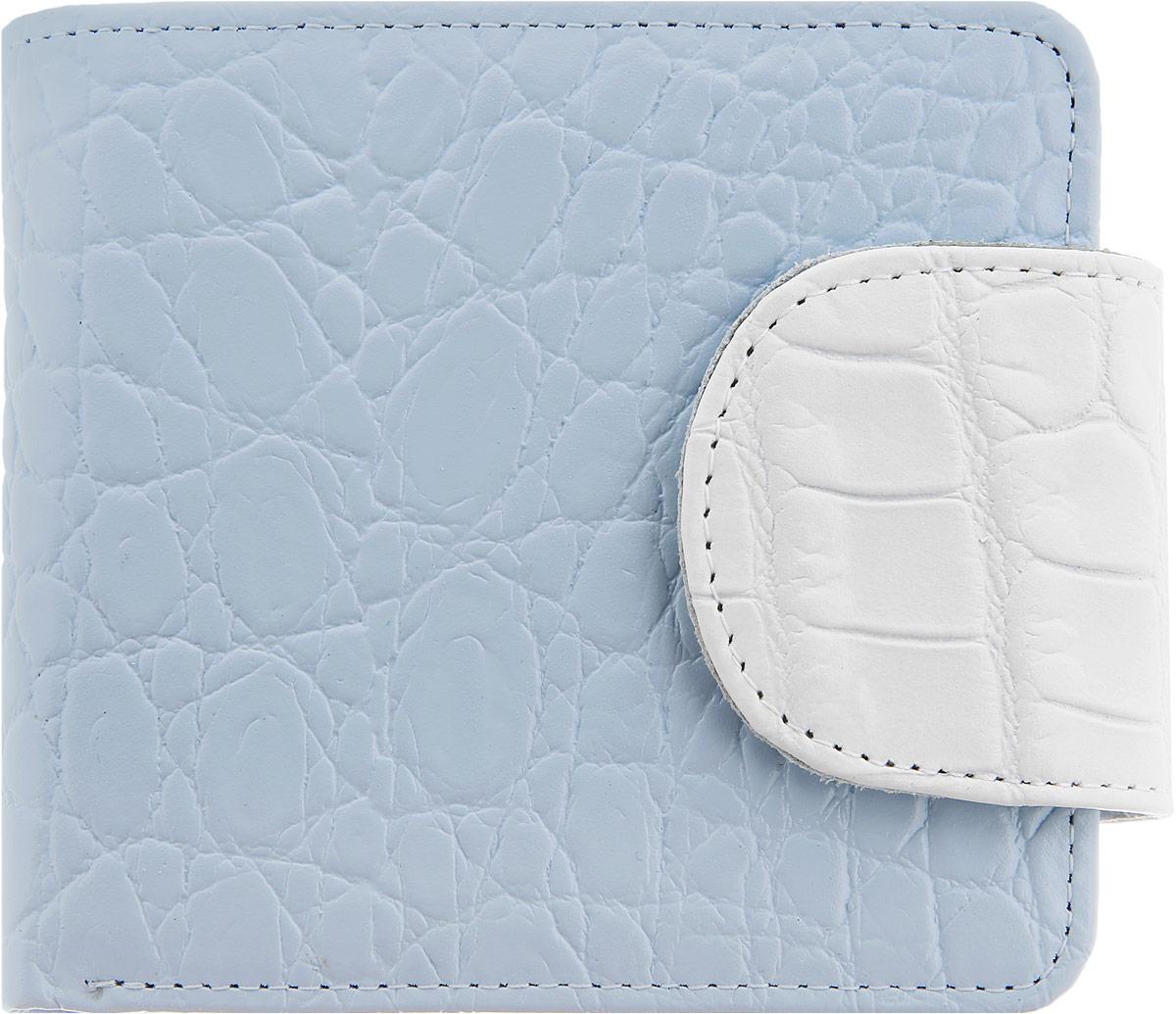 Кошелек женский Esse Дора, цвет: светло-голубой, белый. GDOR00-00KN00-FF809O-K100495350нСтильный женский кошелек Esse Дора изготовлен из натуральной высококачественной кожи и оформлен тиснением под крокодила. Кошелек выполнен в два сложения и закрывается на широкий хлястик с кнопкой. Модель содержит три отделения для купюр, одно из которых закрывается на молнию, два потайных кармашка, четыре кармана для кредитных карт или визиток, а также отделение для мелочи с клапаном на кнопке. Кошелек - это удобный и функциональный аксессуар, необходимый любому активному человеку для хранения денежных купюр, визиток, пластиковых карт и небольших документов. Он не только практичен в использовании, но также позволит вам подчеркнуть свою индивидуальность. Кошелек упакован в фирменную картонную коробку с логотипом бренда.