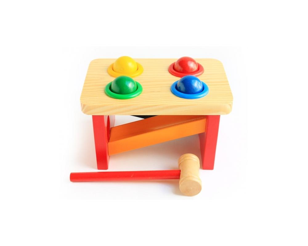 """Игровой набор Мир деревянных игрушек """"Стучалка. Горка. Шарики"""" изготовлен из экологически чистой древесины. Набор является разновидностью игрушки """"Гвозди-перевертыши"""". Разноцветные шарики вставлены в отверстия, каждый в свое. Затем их забивают молоточком, а они проваливаются в отверстия и скатываются по горке. Деревянные шарики не проваливаются самопроизвольно, так как они удерживаются пластиковыми кольцами, вклеенными в отверстия деревянной основы. Игра способствует развитию у малыша мышечной ловкости, координации движений, а также позволяет снизить избыточную активность, снять агрессию. Яркие детали познакомят ребенка с основными цветами."""