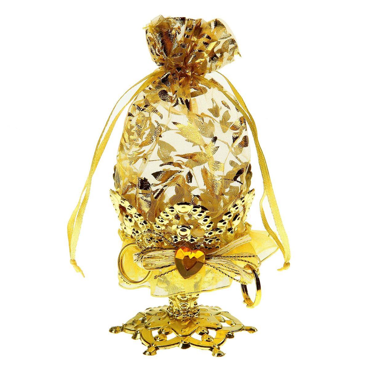 Бонбоньерка Sima-land Сердечки, цвет: золото, 7 x 7 x 14 см709851Очень красивая традиция современной свадьбы, пришедшая к нам с Запада, — дарить гостям бонбоньерки с угощениями в знак благодарности тому, кто пришел на свадьбу. Как правило, приглашённых угощают миндалём, конфетами или марципанами, но фантазировать можно сколько угодно! Бонбоньерка Сердечки, цвет золото — это необычная конфетница с эффектным дизайном, куда можно спрятать угощение для дорогих вашему сердцу людей. Она завершит свадебное торжество, и оставит гостей в полном восторге.