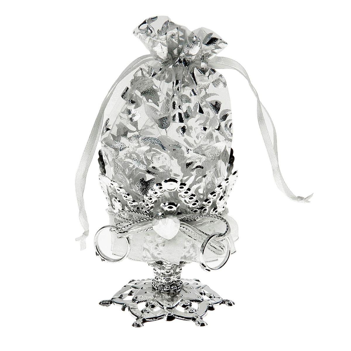 Бонбоньерка Sima-land Сердечки, цвет: серебро, 7 x 7 x 14 см1259943Очень красивая традиция современной свадьбы, пришедшая к нам с Запада, - дарить гостям бонбоньерки с угощениями в знак благодарности тому, кто пришел на свадьбу. Как правило, приглашённых угощают миндалём, конфетами или марципанами, но фантазировать можно сколько угодно! Бонбоньерка Сердечки, цвет серебро - это необычная конфетница с эффектным дизайном, куда можно спрятать угощение для дорогих вашему сердцу людей. Она завершит свадебное торжество, и оставит гостей в полном восторге.