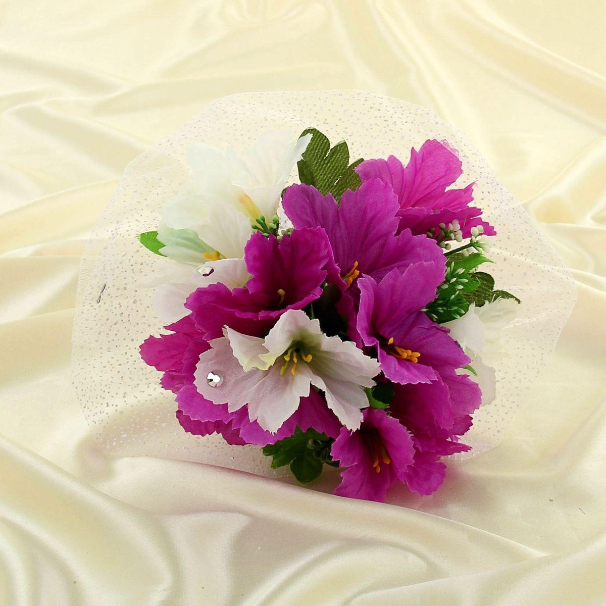 Букет-дублер Sima-land, цвет: бело-фиолетовый. 11350881135088Современные невесты используют букеты из искусственных материалов, потому что они легче, дешевле и не рассыпаются в полёте. Ведь для многих незамужних подружек поймать букет на свадьбе — шанс осуществления заветной мечты.Кроме свадебной тематики изделие используют для фотосессий, так как оно не утрачивает праздничный вид даже в непогоду, и как элемент украшения интерьера. Оригинальный букет будет, несомненно, в центре внимания на торжественном событии.