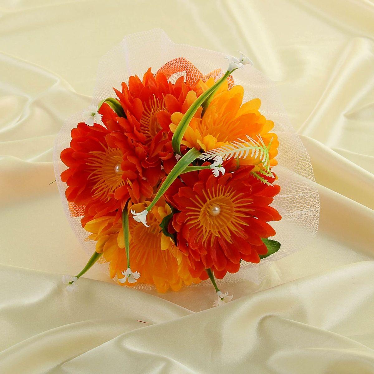Букет-дублер Sima-land, цвет: оранжевый. 113509297775318Современные невесты используют букеты из искусственных материалов, потому что они легче, дешевле и не рассыпаются в полёте. Ведь для многих незамужних подружек поймать букет на свадьбе — шанс осуществления заветной мечты.Кроме свадебной тематики изделие используют для фотосессий, так как оно не утрачивает праздничный вид даже в непогоду, и как элемент украшения интерьера. Оригинальный букет будет, несомненно, в центре внимания на торжественном событии.