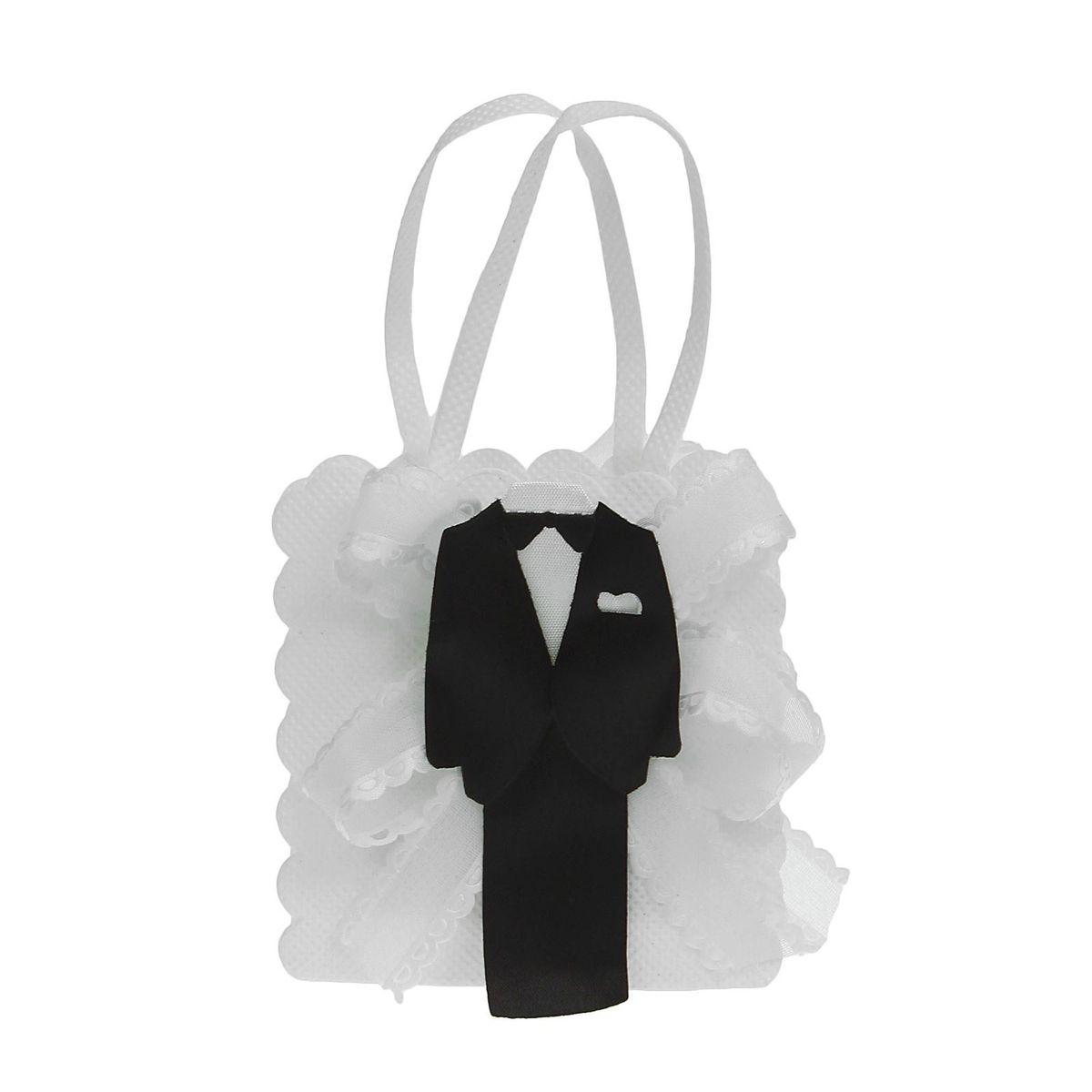 Бонбоньерка Sima-land Жених и невеста, цвет: белый, 3 x 7,5 x 8,5 см1300370Свадебные аксессуары - это финальный аккорд в оформлении праздника. Бонбоньерка Жених и невеста - атрибут, который поможет в создании стиля помещения, общей цветовой гаммы и усилит впечатления от главного дня в жизни любой пары. Изящный аксессуар придаст вашему торжеству зрелищности и яркости, создав нужное настроение. В яркую сумочку вы сможете упаковать сладкое угощение для своих гостей, например конфетки. Этот сувенир станет приятным сюрпризом для дорогих сердцу людей, символом вашей благодарности и заботы о них.