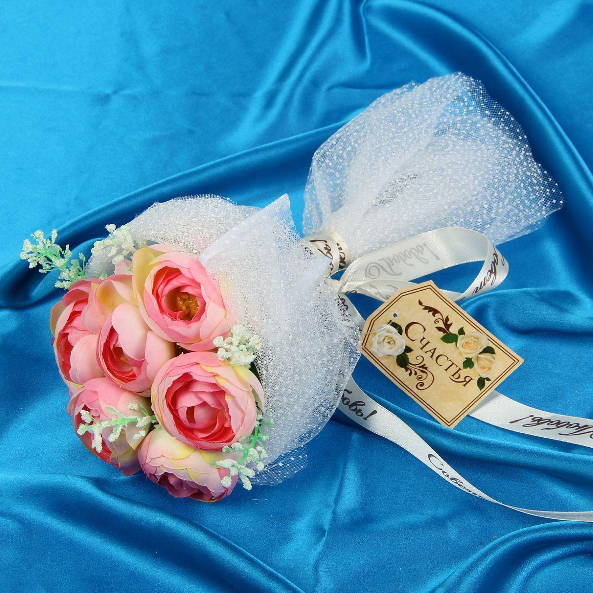 Букет-дублер Sima-land Романтик, цвет: белый, розовый1212625Свадьба - одно из главных событий в жизни человека. В такой день всё должно быть безупречно, особенно букет невесты. Но кидать, по старой традиции, цветочную композицию подругам не всегда удобно, и на помощь приходит букет-дублер Романтик с чайными розами - красивый и яркий аксессуар. Стебли оформлены лентой с надписью Совет да любовь. Букет дополнен шильдом с тёплым пожеланием. После торжества он украсит любой интерьер, ведь нежные цветы из текстиля не завянут и не помнутся.