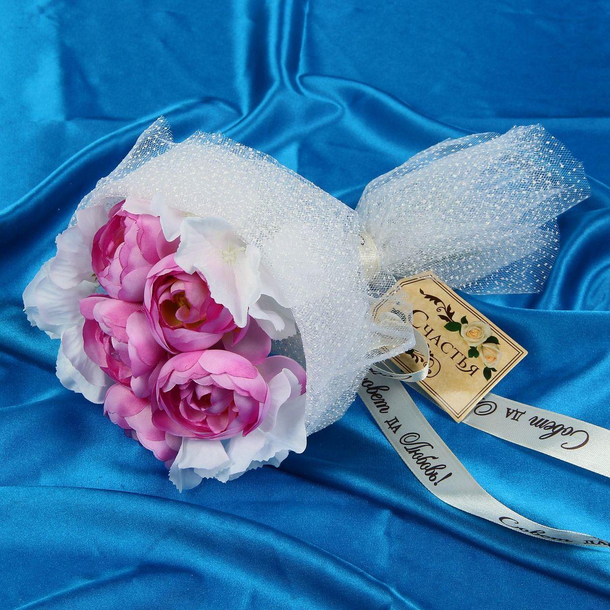 Букет-дублер Sima-land Прованс, цвет: белый, розовыйMB860Свадьба — одно из главных событий в жизни человека. В такой день всё должно быть безупречно, особенно букет невесты. Но кидать, по старой традиции, цветочную композицию подругам не всегда удобно, и на помощь приходит букет-дублер Прованс чайные розы, гортензии — красивый и яркий аксессуар. Стебли оформлены лентой с надписью Совет да любовь. Букет дополнен шильдом с тёплым пожеланием. После торжества он украсит любой интерьер, ведь нежные цветы из текстиля не завянут и не помнутся.