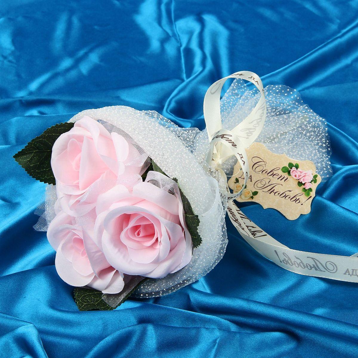 Букет-дублер Sima-land Воздушность, цвет: розовый1135088Свадьба - одно из главных событий в жизни человека. В такой день всё должно быть безупречно, особенно букет невесты. Но кидать, по старой традиции, цветочную композицию подругам не всегда удобно, и на помощь приходит букет-дублер Воздушность розы - красивый и яркий аксессуар. Стебли оформлены лентой с надписью Совет да любовь. Букет дополнен шильдом с тёплым пожеланием. После торжества он украсит любой интерьер, ведь нежные цветы из текстиля не завянут и не помнутся.