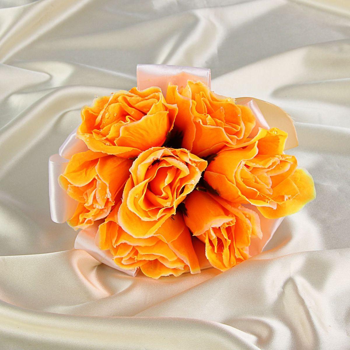 Sima-land Букет-дублер невесты, цвет: оранжевый. 1251174NLED-454-9W-BKСовременные невесты используют букеты из искусственных материалов, потому что они легче, дешевле и не рассыпаются в полете. Ведь для многих незамужних подружек поймать букет на свадьбе — шанс осуществления заветной мечты.Кроме свадебной тематики изделие используют для фотосессий, так как оно не утрачивает праздничный вид даже в непогоду, и как элемент украшения интерьера. Многие рестораны и отели на выставках и праздниках предпочитают использовать украшения из неувядающих цветов. Оригинальный букет будет в центре внимания на торжественном событии и оставит самые яркие впечатления.