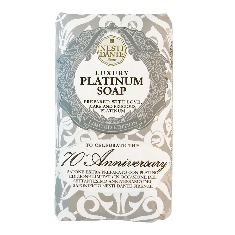 Nesti Dante Мыло Platinum Soap Юбилейное платиновое 250 г1780106К 70-и летию создания компании, Nesti Dante выпустила лимитированное мыло Luxury Platinum Soap 70th Anniversary содержащее драгоценную платину, которая, благодаря своим качествам, высоко ценится не только в ювелирной области, но и в медицине. Платина способна удерживать влагу на коже, гарантируя естественное ощущение чистоты. Также она является природным антиоксидантом, придает коже упругость и здоровой вид.С ароматом Флорентийской камелии и белого Тосканского жасмина