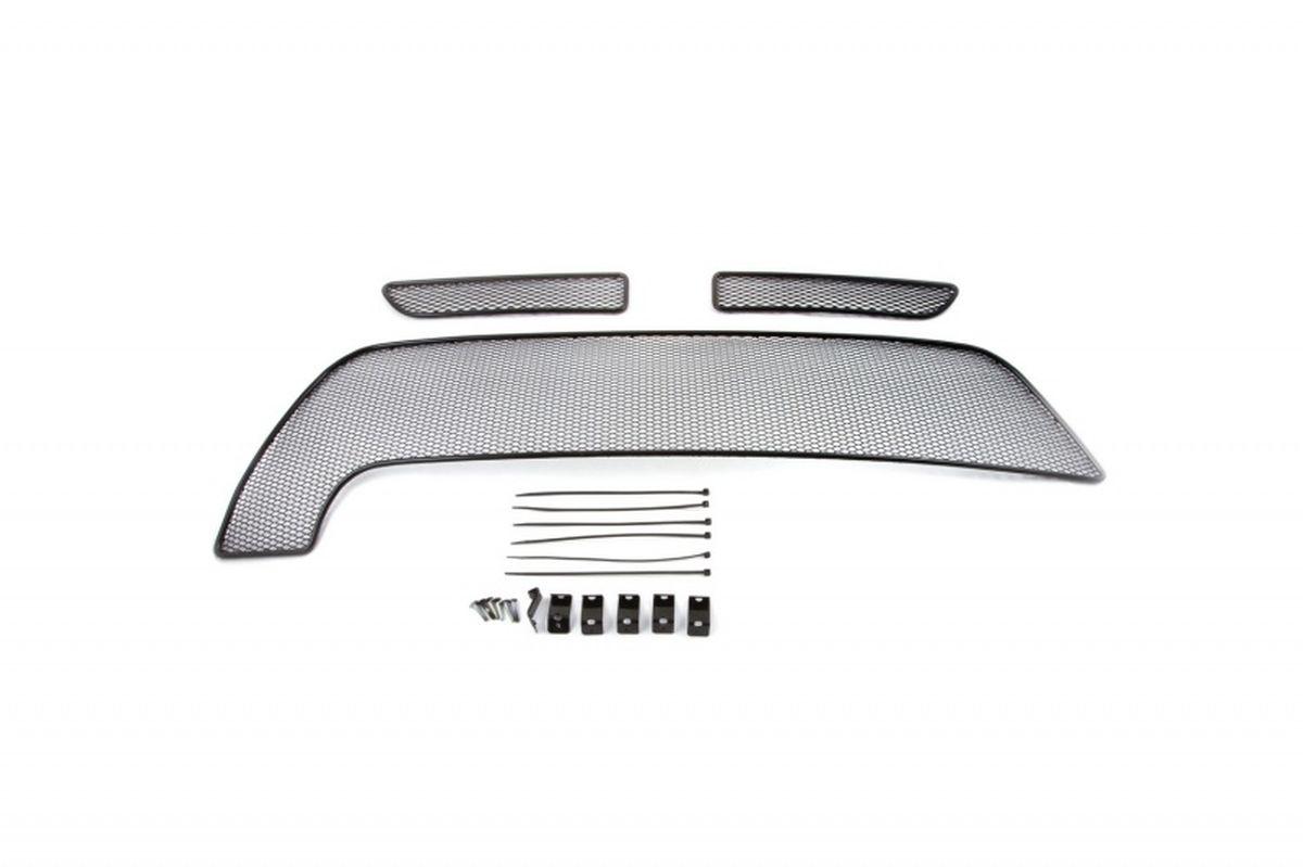 Сетка на бампер внешняя Novline-Autofamily, для RENAULT Duster 2015->, для комплектаций Privilege/Luxe Privilege, 3 штSVC-300В отличие от универсальных сеток, данный продукт разрабатывается индивидуально под каждый бампер автомобиля. Внешняя защитная сетка радиатора полностью повторяет геометрию решетки бампера и гармонично вписывается в общий стиль автомобиля. При создании продукта мы учли как потребности автомобилистов, для которых важна исключительно защитная функция, так и автолюбителей, которые ищут способы подчеркнуть или создать новый стиль своего авто. Функциональность, тюнинг, или и то, и другое? Выбор только за вами. Сетка для защиты радиатора изготовлена из антикоррозионного материала, что гарантирует отсутствие ржавчины в процессе эксплуатации. Простая установка делает этот продукт необыкновенно удобным. В отличие от универсальных сеток, для установки которых требуется снятие бампера, то есть наличие специализированных навыков и дополнительного оборудования (подъемник и так далее), для установки этого продукта понадобится 20 минут времени и отвертка.
