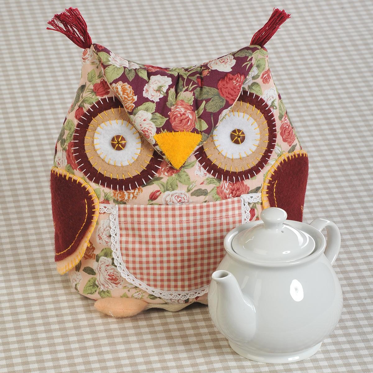 """Набор для создания игрушки Перловка """"Сова-Грелка"""" поможет создать удивительно красивую грелку на чайник, которая будет радовать вас и ваших близких. Состав набора: - 100% натуральный хлопок (производство России и Европы), - фетр, - кружевная тесьма, - нитки для вышивания и декорирования, - деревянные бусины,- листы с выкройками персонажа, - подробная инструкция по изготовлению игрушки. Дополнительно вам понадобится: синтепон или синтепух. С таким набором куклы и игрушки ручной работы создавать очень просто. Игрушка отлично подходит для украшения интерьера или для коллекции, а также в качестве подарка. Высота на чайник: 21 см. Диаметр основания: 56 см."""