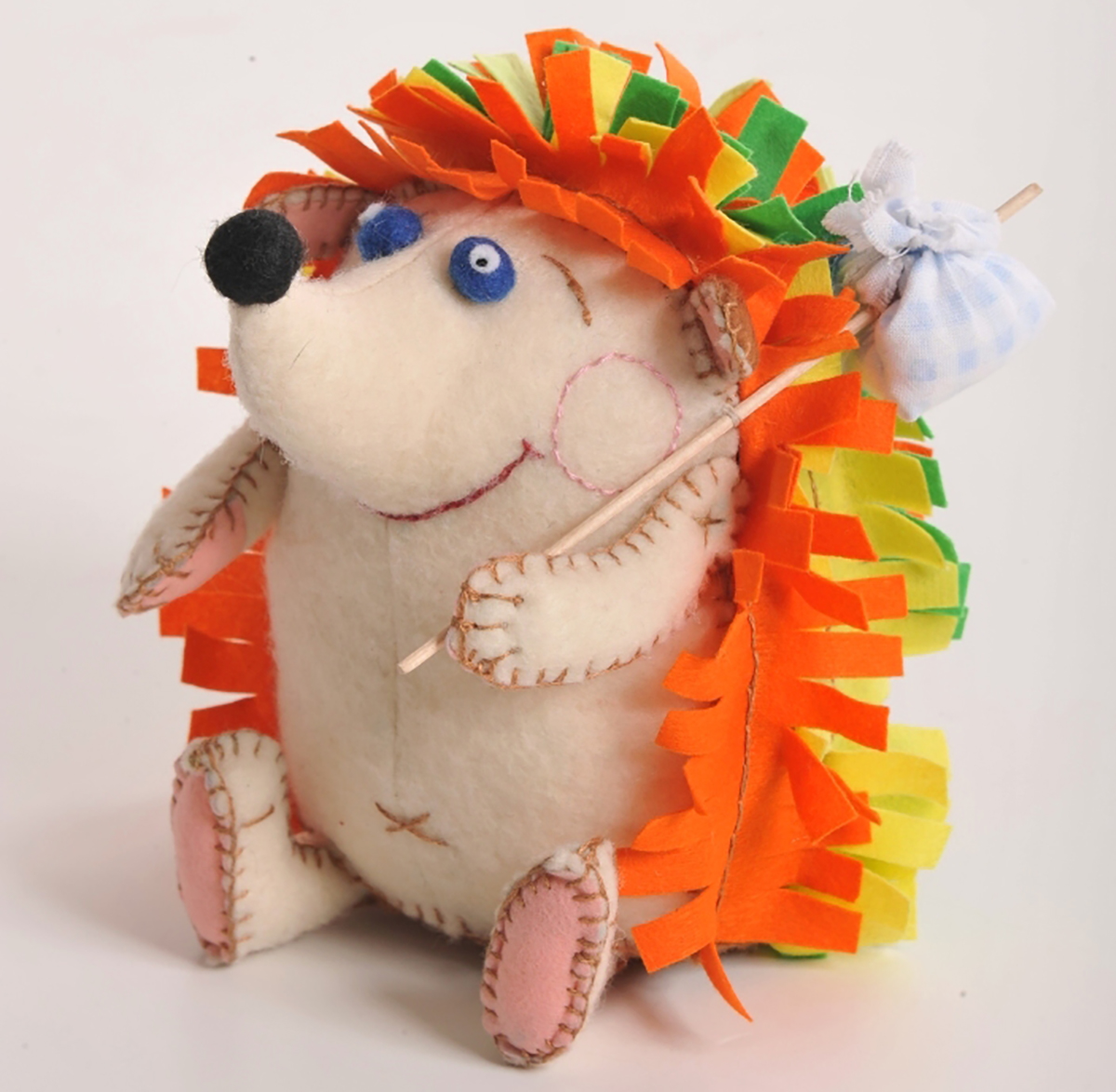 """Набор для создания игрушки Перловка """"Счастливый ежик"""" поможет создать удивительно красивую игрушку, которая будет радовать вас и ваших близких. Состав набора: - фетр различных цветов, - хлопок, - нитки для вышивки и декорирования, - листы с выкройками персонажа, - подробная инструкция по изготовлению игрушки. Дополнительно вам понадобится синтепон или синтепух и палочка под узелок (в комплект не входят). Игрушки из фетра просты в изготовлении (их можно сшить полностью вручную) и при этом они получаются великолепные - мягкие, """"уютные"""", радостные, детально проработанные. С таким набором куклы и игрушки ручной работы создавать очень просто. Игрушка, сделанная своими руками, отлично подходит для украшения интерьера или для коллекции, а также в качестве оригинального подарка. Высота игрушки: 13,5 см."""
