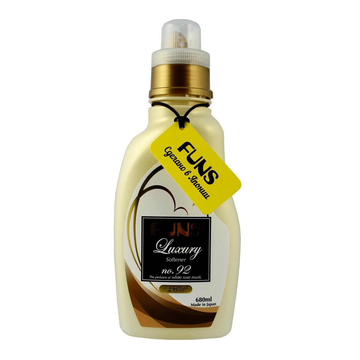 FUNS Кондиционер парфюмированный для белья с ароматом белой мускусной розы 680 мл10503Концентрированный кондиционер для белья Funs Luxury Softener придаст вашим вещам мягкость и сделает их приятными наощупь. Подходит для хлопчатобумажных, шерстяных, льняных и синтетических тканей, а также любых деликатных тканей (шелка и шерсти). Кондиционер предотвращает появление статического электричества, а также облегчает глажку белья. Обладает приятным ароматом, который сохраняется на долгое время, даже после сушки белья. Благодаря противомикробному и дезодорирующему действию кондиционер устраняет бактерии, способствующие появлению неприятного запаха. Кондиционер безопасен при контакте с кожей человека, не сушит и не раздражает кожу рук во время стирки. Подходит как для ручной, так и машинной стирки. Состав: ПАВ (эфир типа диалкил аммония).Товар сертифицирован.