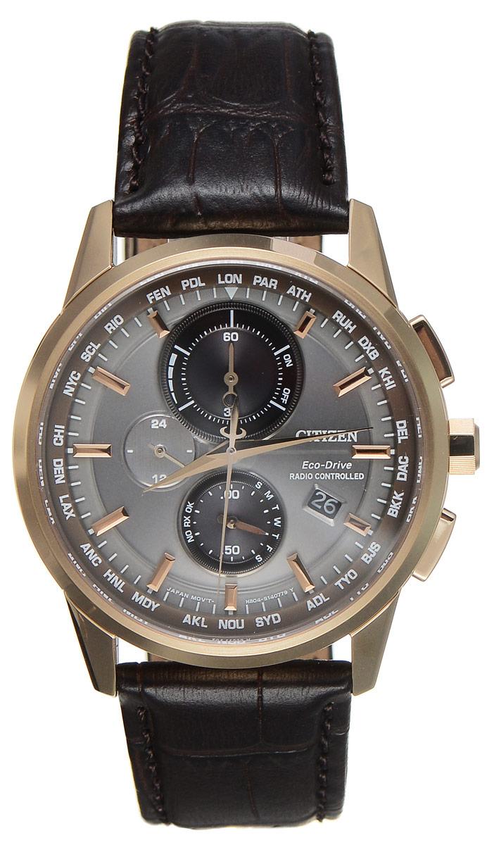 Часы наручные мужские Citizen Eco-Drive, цвет: золотой, коричневый. AT8113-12HBM8434-58AEСтильные многофункциональные мужские часы Citizen Eco-Drive выполнены из нержавеющей стали. Циферблат изделия оформлен символикой бренда.Часы оснащены функцией корректировки времени по радиосигналу, функцией отображения времени в формате 12/24 и секундомером. Данные часы позволят посмотреть значение времени и даты в различных городах мира. Корпус часов обладает степенью влагозащиты 10 bar, а также оснащен антибликовым сапфировым стеклом. Циферблат дополнен индикатором числа, индикатором включения\выключения летнего времени, индикатором калибровки, индикатором города, индикатором дня недели и индикатором уровня заряда аккумулятора. Элегантный кожаный ремешок, идеально дополняющий корпус изделия, оформлен фактурным тиснением под кожу рептилии и оснащен застежкой-бабочкой, которая позволит максимально комфортно снимать и надевать часы.Современная технология Eco-Drive позволяет заряжать аккумулятор изделия с помощью любого естественного или искусственного источника света.Часы поставляются в фирменной упаковке.Часы Citizen Eco-Drive подчеркнут мужской характер и отменное чувство стиля у их обладателя.