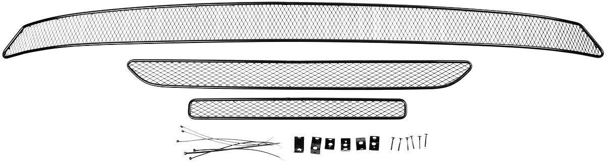 Сетка для защиты радиатора Novline-Autofamily, внешняя, для Mitsubishi Outlander (2015-), 3 штSVC-300Сетка для защиты радиатора Novline-Autofamily изготовлена из антикоррозионного материала, что гарантирует отсутствие ржавчины в процессе эксплуатации. Изделие устанавливается на штатную решетку переднего бампера автомобиля, защищая таким образом радиатор от попадания камней, крупных насекомых, мелких птиц. Простая установка делает это изделие необыкновенно удобным. В отличие от универсальных сеток, для установки которых требуется снятие бампера, то есть наличие специализированных навыков и дополнительного оборудования (подъемник и так далее), для установки этой сетки понадобится 20 минут времени и отвертка. Данный продукт разработан индивидуально под каждый бампер автомобиля. Внешняя защитная сетка радиатора полностью повторяет геометрию решетки бампера и гармонично вписывается в общий стиль автомобиля.