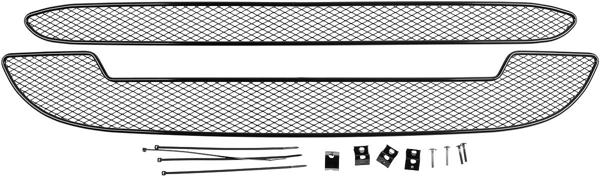 Сетка для защиты радиатора Novline-Autofamily, внешняя, для Lada Kalina Cross (2015-), 2 штDAVC150Сетка для защиты радиатора Novline-Autofamily изготовлена из антикоррозионного материала, что гарантирует отсутствие ржавчины в процессе эксплуатации. Изделие устанавливается на штатную решетку переднего бампера автомобиля, защищая таким образом радиатор от попадания камней, крупных насекомых, мелких птиц. Простая установка делает это изделие необыкновенно удобным. В отличие от универсальных сеток, для установки которых требуется снятие бампера, то есть наличие специализированных навыков и дополнительного оборудования (подъемник и так далее), для установки этой сетки понадобится 20 минут времени и отвертка. Данный продукт разработан индивидуально под каждый бампер автомобиля. Внешняя защитная сетка радиатора полностью повторяет геометрию решетки бампера и гармонично вписывается в общий стиль автомобиля.