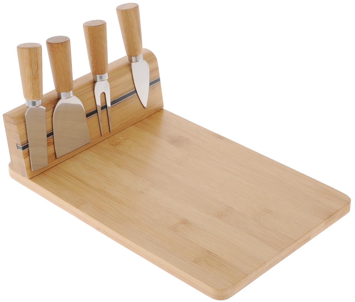 Набор для резки сыра Kesper, 5 предметов54 009312Набор Kesper предназначен для нарезки сыра твердых и мягких сортов. В комплект входят разделочная доска с магнитным бортиком, который соединяется с помощью шурупов (в комплект не входят), три ножа и вилка. Изделия выполнены из высококачественного бамбука и нержавеющей стали. Такой набор удобен в применении и компактен. Он послужит прекрасным подарком для родных и близких.Не рекомендуется мыть в посудомоечной машине. Размер доски: 30 х 20 х 8,6 см. Длина вилки: 12,2 см. Длина ножей: 12,2 см; 12,9 см; 12 см.
