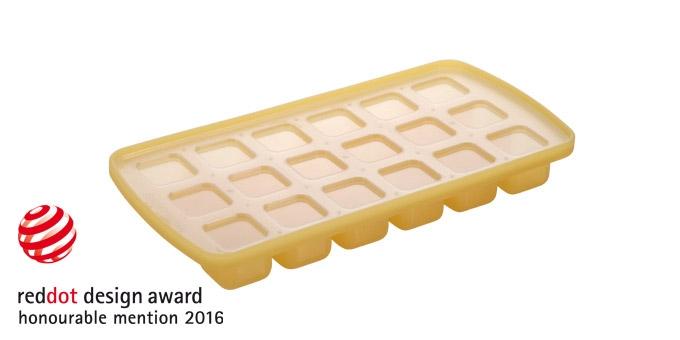 Форма для льда Tescoma Кубики, с крышкой, 18 ячеекАксион Т-33Форма для льда Tescoma Кубики, изготовленная из высококачественного силикона, содержит 18 ячеек в виде кубиков. Пластиковая крышка предотвратит разлив воды и защитит лед от запахов других продуктов в морозильной камере. В формочки при заморозке воды можно помещать ягодки, такие льдинки не только оживят коктейль, но и добавят радостного настроения гостям на празднике!Изделие можно мыть в посудомоечной машине. Температура заморозки до -18°С.Количество ячеек: 18 шт. Размер формы: 25 х 13 х 3 см.