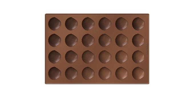 Форма для выпечки Tescoma Ракушки, 24 ячейкиКРС00000419Форма Tescoma Ракушки будет отличным выбором для всех любителей выпечки. Благодаря тому, что форма изготовлена из силикона, готовую выпечку вынимать легко и просто. Изделие выполнено в форме прямоугольника, внутри которого расположены 24 ячейки в виде ракушек. Форма прекрасно подойдет для выпечки печенья или для шоколада.Материал изделия устойчив к фруктовым кислотам, может быть использован в духовках, микроволновых печах, холодильниках и морозильных камерах (выдерживает температуру от -40°C до +230°C). Антипригарные свойства материала позволяют готовить без использования масла.Можно мыть и сушить в посудомоечной машине, охлаждать в холодильнике. При работе с формой используйте кухонный инструмент из силикона - кисти, лопатки, скребки. Не ставьте форму на электрическую конфорку. Не разрезайте выпечку прямо в форме.Общий размер формы: 32 х 22 см.