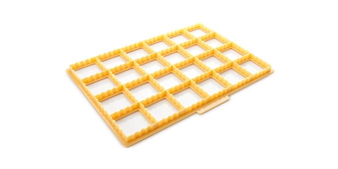 Формочка для подушечек Tescoma Delicia94672Формочка для подушечек Tescoma Delicia отлично подходит для быстрого и легкого приготовления соленых и сладких подушечек или конвертов, одновременно можно вырезать 24 штуки. Подходит для слоеного и песочного теста. Сделано из высококачественного прочного пластика.