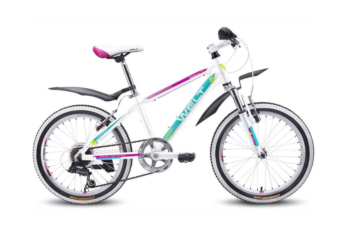 Детский велосипед Welt Edelweiss 20, цвет: белый, пурпурныйMHDR2G/AОтличный выбор для девочек 6-8 лет. Алюминиевая рама с трубами сложного сечения обеспечивает высочайший уровень безопасности, а дизайнерские решения в лучших традициях европейской школы, завоевавшей вкусы потребителей, придутся по душе как юным владелицам, так и их родителям. Яркие расцветки и стильные дополнительные элементы в цвет дизайна никого не оставят равнодушными. Амортизационная вилка и 7 скоростная трансмиссия Shimano добавят комфорта катанию, а подножка и крылья являются отличным дополнением к потребительским качествам этой модели.Рама: Alloy 6061Размер рамы, дюймы: one sizeДиаметр колес: 20Кол-во скоростей: 7Тип вилки: амортизационнаяВилка: WELT ES-245 73 mmПер. переключатель: нетЗад. Переключатель: Shimano TY-21Шифтеры: Shimano RS-35 R 7spdТип тормозов: V-brakeТормоза: CB-141Система: 42/34/24 T 152mmКаретка: semi-cartridgeКассета: TriDaimond FW217BТип рулевой колонки: 1-1/8 безрезьбоваяВынос: alloy, A-Head, 80mmРуль: steel low rise Ф25,4 560mmОбодья: alloy, double wallПокрышки: Wanda P1197 20x1,95Втулки: YS w/QRПодседельный штырь: steel Ф27,2 300mmЦепь: KMC Z33Подножка: боковая, к рамеКрылья: якорь/подседельник