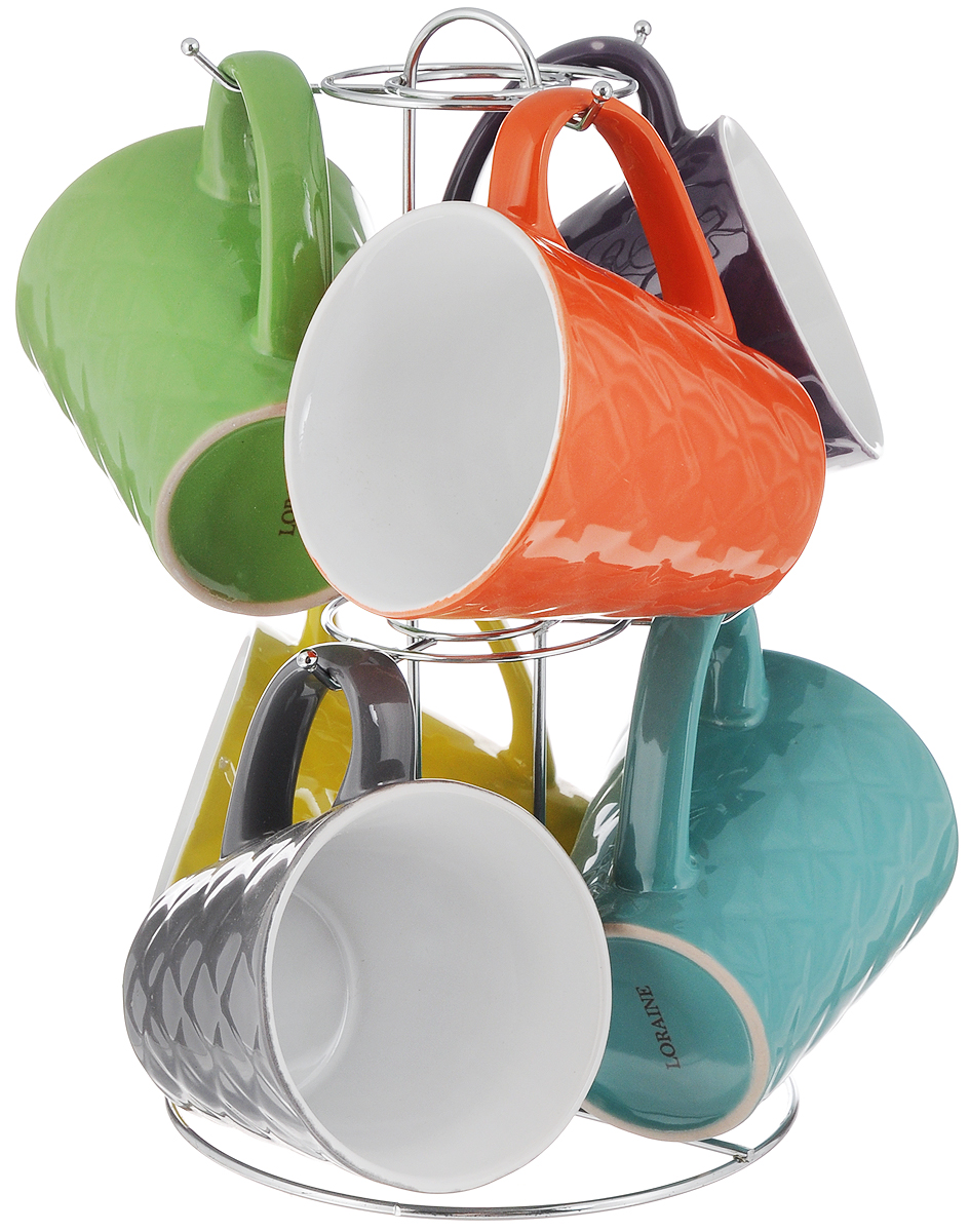 Набор кружек Loraine, 7 предметов. 21283VT-1520(SR)Набор Loraine состоит из 6 кружек и подставки. Кружки выполнены из высококачественной керамики с глазурованным покрытием. Внутренняя поверхность изделий белого цвета. Теплостойкие ручки не позволяют обжечь руки во время чаепития. Для хранения кружек предусмотрена металлическая подставка с удобной ручкой для переноски. Яркий лаконичный дизайн и качество исполнения сделают такой набор замечательным приобретением для вашей кухни. Можно использовать в микроволновой печи и мыть в посудомоечной машине. Диаметр кружки (по верхнему краю): 9 см. Высота кружки: 10 см. Размер подставки: 15,5 х 15,5 х 27,5 см.