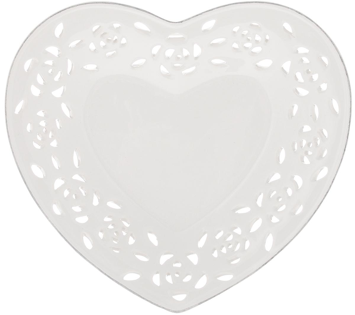 Блюдо Loraine Сердце, 18,5 х 16,5 х 3 см94672Блюдо Loraine Сердце изготовлено из высококачественной доломитовой керамики в форме сердца и украшено оригинальным ажурным узором. Стильная форма и интересное исполнение позволят блюду идеально вписаться в любой интерьер, а универсальный белый цвет подойдет к любой мебели. Такое блюдо привнесет новизну в вашу кухню и порадует глаз.
