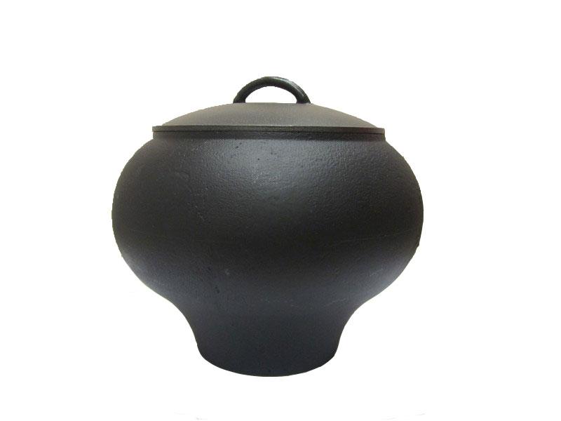 Горшок чугунный Балезино, с алюминиевой крышкой, 4 лЧГ141Горшок чугунный Балезино изготовлен из качественного литого чугуна и снабжен алюминиевой крышкой. Чугунный горшочек (или чугунок) - это родоначальник кухонных приборов, посуды и принципов сохранения пищи. В чугунке Балезино можно приготовить все или почти все. Этот идеальный кухонный инструмент поражает своей простотой, удобством и универсальностью. Пища, приготовленная в чугунке, очень вкусна и полезна за счет особого температурного режима и малой потери витаминов и микроэлементов.
