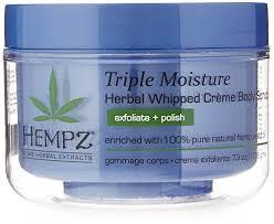 Hempz Скраб для тела Тройное увлажнение Triple Moisture Herbal Body Scrub 176 гFS-36054Растительный скраб для тела с натуральным маслом семян конопли и эксклюзивным увлажняющим комплексом Тройное Увлажнение. Кристалы сахара мягко и бережно отшелушивают, богатый витамином С анти-возрастной экстракт яблока обновляет и омолаживает кожу. Содержить экстракт императы для гладкости и упругости. Веган