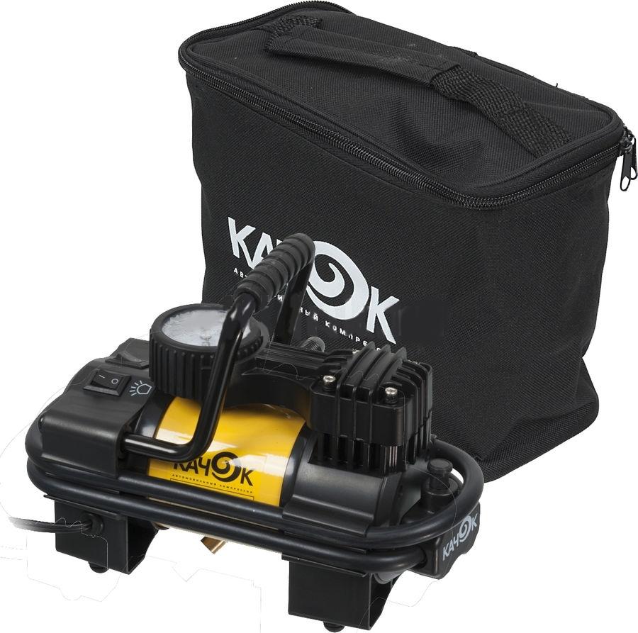 Автомобильный компрессор Качок K90 LED80507Для решения широкого круга задач пригодится автомобильный компрессор КАЧОК K90 LED. Помимо очевидной помощи в подкачке автошин, накачивании надувной лодки и детского бассейна на даче, он способен выполнить многие полезные функции в сочетании со специализированными насадками. Стричь кусты и кроны деревьев в режиме пневмоножниц, поливать грядки с насадкой-распылителем, красить стены и потолки, завинчивать шурупы и пилить различные материалы – все это по силам данной модели, если к ней присоединить соответствующие насадки.