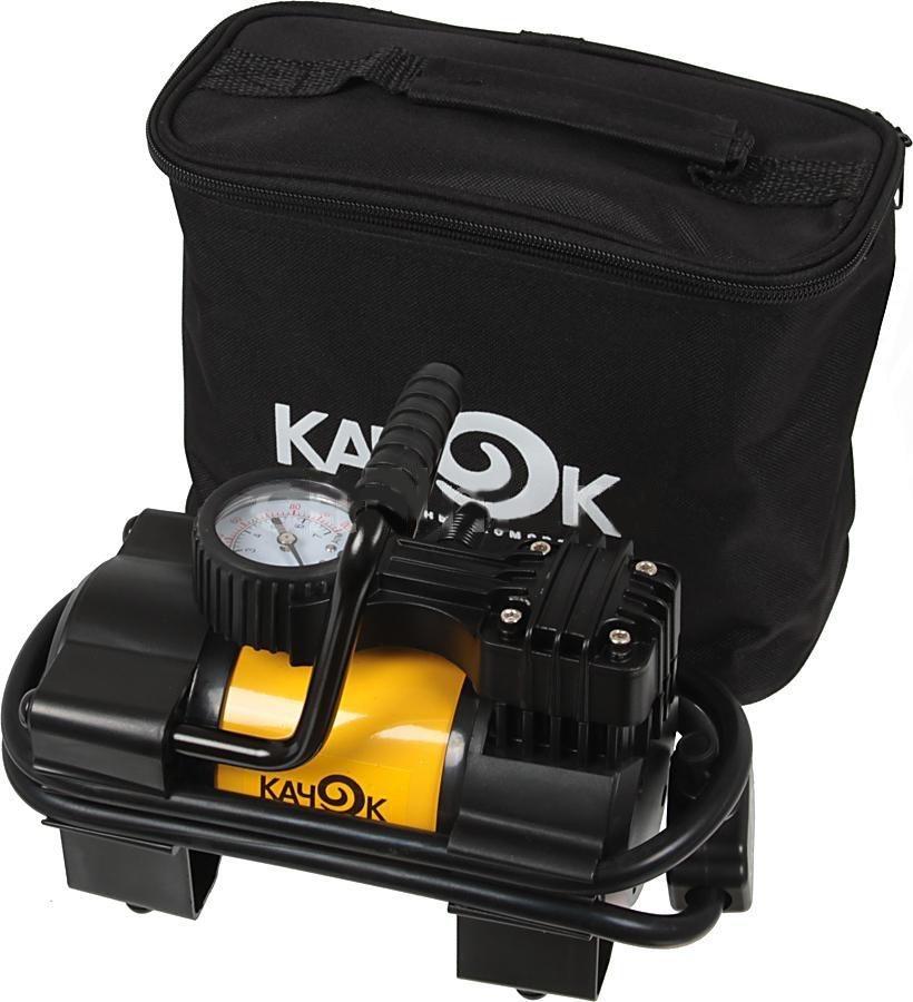 Автомобильный компрессор Качок K90КТ 810003Автомобильный компрессор КАЧОК K90 – это полезное универсальное устройство, использующее питание от бортового прикуривателя. Предельное давление, обеспечиваемое компрессором, достигает 10 атмосфер, что позволяет достаточно быстро подкачать колесо до нужной наполненности в зависимости от нагрузки на него. КАЧОК К90 обеспечивает подачу 40 л воздуха за минуту и поэтому отлично справится с надуванием резиновой лодки или детского бассейна. Присоединив к нему краскораспылитель, вы можете легко и качественно покрасить или побелить стены и потолок, причем результат будет куда лучше, чем если бы вы делали это кистью. А подключив специальный моющий пистолет, вы можете использовать автомобильный компрессор в качестве мини-автомойки.