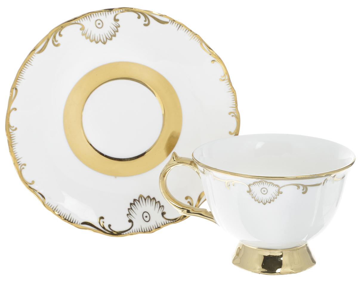 Чайная пара Loraine, 2 предмета. 2190354 009312Чайная пара Loraine выполнена из высококачественного фарфора. Чашка и блюдце декорированы золотистым узором. Изящный дизайн придется по вкусу и ценителям классики, и тем, кто предпочитает утонченность и изысканность. Чайная пара - идеальный подарок для вашего дома и для ваших друзей в праздники, юбилеи и торжества. Она также станет отличным украшением любой кухни. Объем чашки: 240 мл. Диаметр чашки (по верхнему краю): 10 см. Высота чашки: 7 см.Диаметр блюдца: 16 см. Высота блюдца: 2 см.