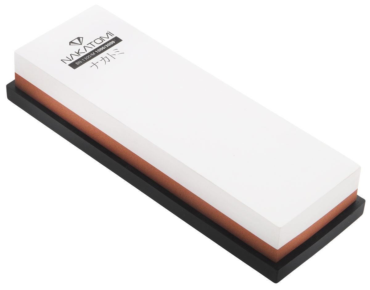 Камень точильный Nakatomi, водный, комбинированный, 18 х 6 х 3 см391602Водный точильный камень Nakatomi предназначен для правки и полировки режущей кромки кухонных ножей. С одной стороны камень имеет зернистость 3000, а с другой 1000.В комплект входит резиновая платформа, предотвращающая скольжение камня.