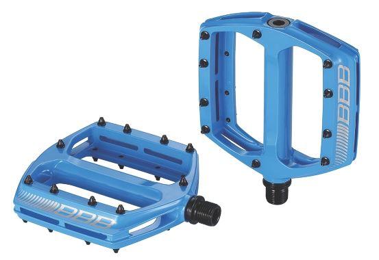 Педали BBB CoolRide, цвет: синий, 2 шт. BPD-36MHDR2G/AБольшая площадь опоры педалей BBB CoolRide обеспечивает надежное сцепление и контроль. Монолитный корпус выполнен из высококачественного алюминия. Ось изготовлена из хроммолибденовой стали. Педали имеют двойные закрытые подшипники.Сменные пины, 10 штук с каждой стороны.
