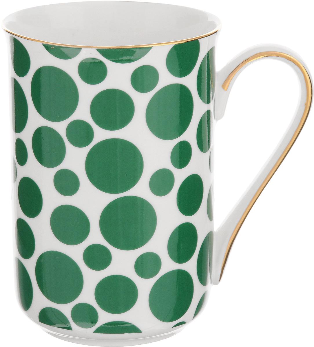 Кружка Patricia Горох, цвет: белый, зеленый, 370 мл54 009312Кружка Patricia Горох выполнена из фарфора безупречной белизны. Изделие декорировано принтом в горошек, некоторые элементы дополнительно оформлены золотистой эмалью. Такая кружка не только порадует своей практичностью, но и станет приятным сувениром для ваших близких. А оригинальное оформление кружки добавит ярких эмоций.Изделие упаковано в подарочную коробку, задрапированную белой атласной тканью. Не рекомендуется мыть в посудомоечной машине и использовать в микроволновой печи. Диаметр кружки (по верхнему краю): 7,5 см. Высота кружки: 11 см.