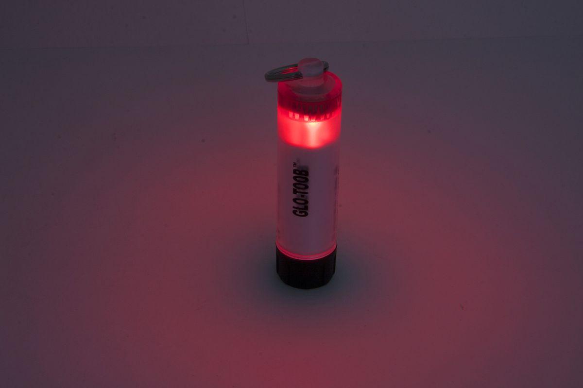 Фонарь универсальный Яркий Луч GLO-TOOB, цвет: красный4606400105107GLO-TOOB - это широко известный по всему миру многофункциональный фонарь - маяк. Благодаря своей универсальности, противоударной и водонепроницаемый конструкции а так-же большой надежности и автономности он нашел огромное количество применений. Это и кемпинговый фонарь в палатку, и внутренний свет для рюкзака, и аварийный источник света в путешествии, дома, в автомобиле. Благодаря тому что свет сверхяркого светодиода виден с любого направления это отличное средство для обозначения людей и животных, маркировки предметов и местности и подачи сигналов в любое время суток и при любой погоде. GLO-TOOB задумывался как замена ХИСам (химическим источникам света), т.к. они имеют множество недостатков. ХИСы дороги в использовании, т.к. одноразовые, и после активации их невозможно выключить, ненадежны - могут несработать или вытечь, повредив одежду и снаряжение и по-этому требуют бережной транспортировки и использования, малоэффективны - интенсивности их света часто недостаточно, и, ко всему прочему, опасны для окружающей среды. Яркий Луч GLO-TOOB AAA лишен всех этих недостатков. Эти маяки широко используют военные разных стран, в том числе России, сотрудники силовых структур, спасатели, пожарные, шахтеры, строители, моряки, альпинисты, спелеологи, парашютисты, дайверы, охотники, врачи, путешественники и т.д. Даже если Вы любитель страйкбола, велосипедист, рыбак, любитель утренних и вечерних пробежек или просто владелец собаки Вы оцените этот надежный и эффективный источник света по достоинству. Корпус выполнен из толстого ударопрочного пластика, сломать его практически невозможно. Конструкция допускает долгосрочное погружение в пресную и морскую воду на глубину до 60 метров! Прочное кольцо из нержавеющей стали обеспечивает надежное крепление к одежде, снаряжению, оборудованию. В качестве источника энергии используется элемент питания распространенного формата ААА (в комплекте). Имеет 3 режима работы. Включение