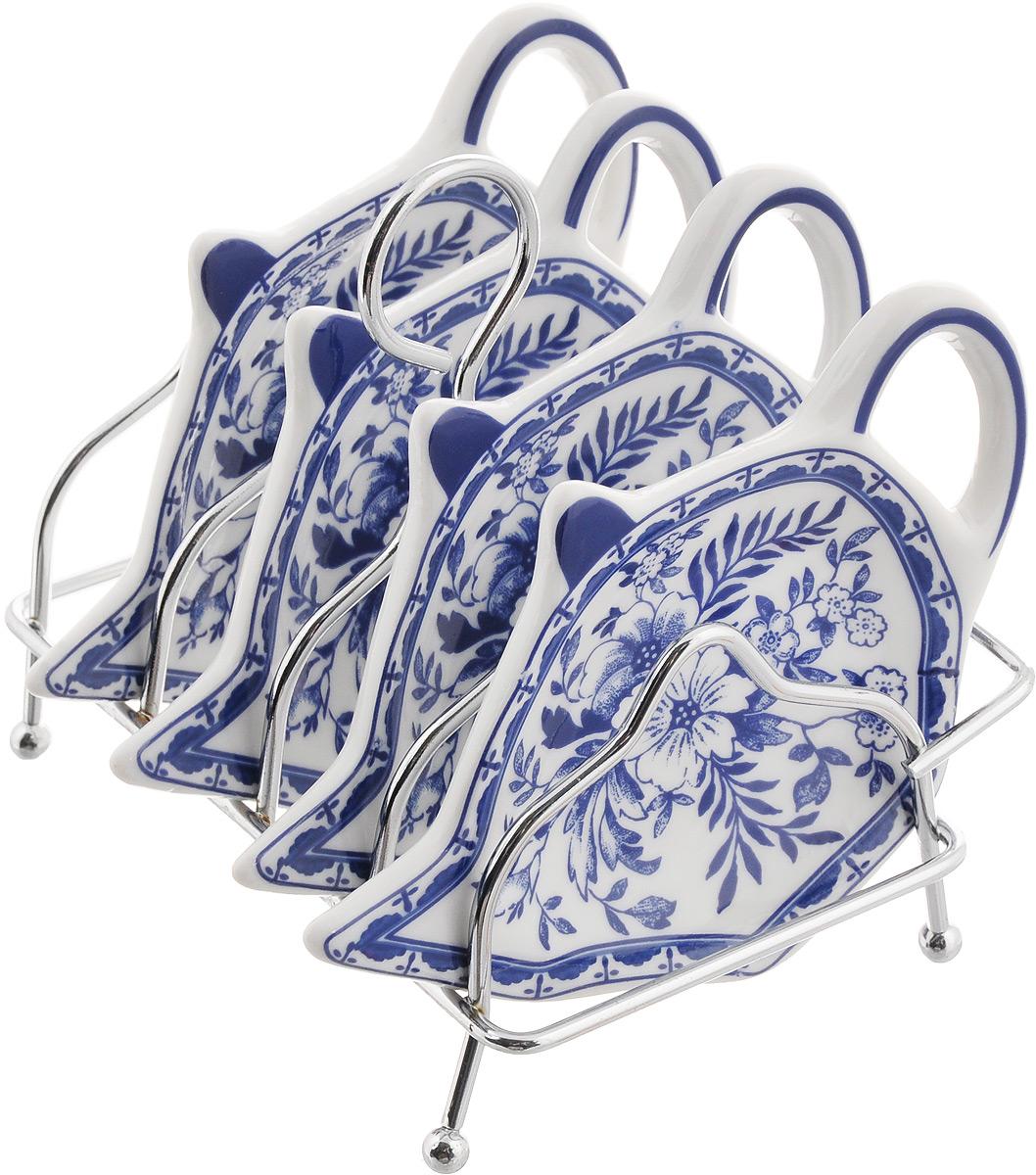 Набор подставок для чайных пакетиков Patricia Флер, 5 предметов54 009312Набор подставок Patricia Флер, изготовленный из высококачественного фарфора, порадует вас оригинальностью и дизайном. Подставки выполнены в форме чайничка и оформлены ярким рисунком. В комплект входит металлическая подставка.Можно мыть в посудомоечной машине и использовать в микроволновой печи. Размер подставки для чайных пакетиков: 11,5 х 8 см. Размер металлической подставки: 12 х 9 х 10 см.