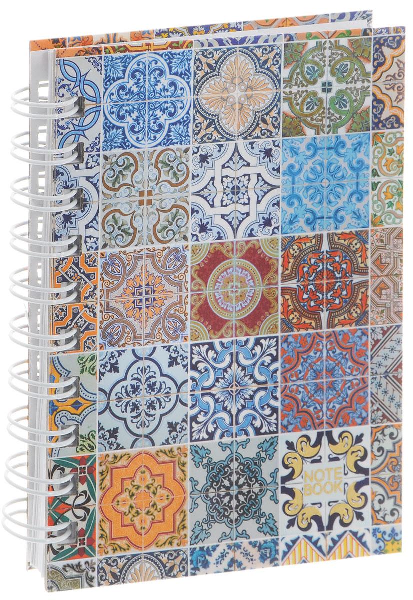 Listoff Тетрадь Мозаика 100 листов в клетку формат А672523WDТетрадь Listoff Мозаика подойдет как школьнику, так и взрослому человеку. Обложка тетради оформлена яркими рисунками цветов на нежно-голубом фоне. Твердая обложка тетради придает ей прочность и долговечность. Тетрадь формата А6 удобно носить с собой даже в небольшой сумке.Внутренний блок тетради состоит из 100 листов белой бумаги с линовкой в мелкую клетку. Листы тетради соединены металлической спиралью, благодаря чему можно быстро и удобно перелистывать страницы.