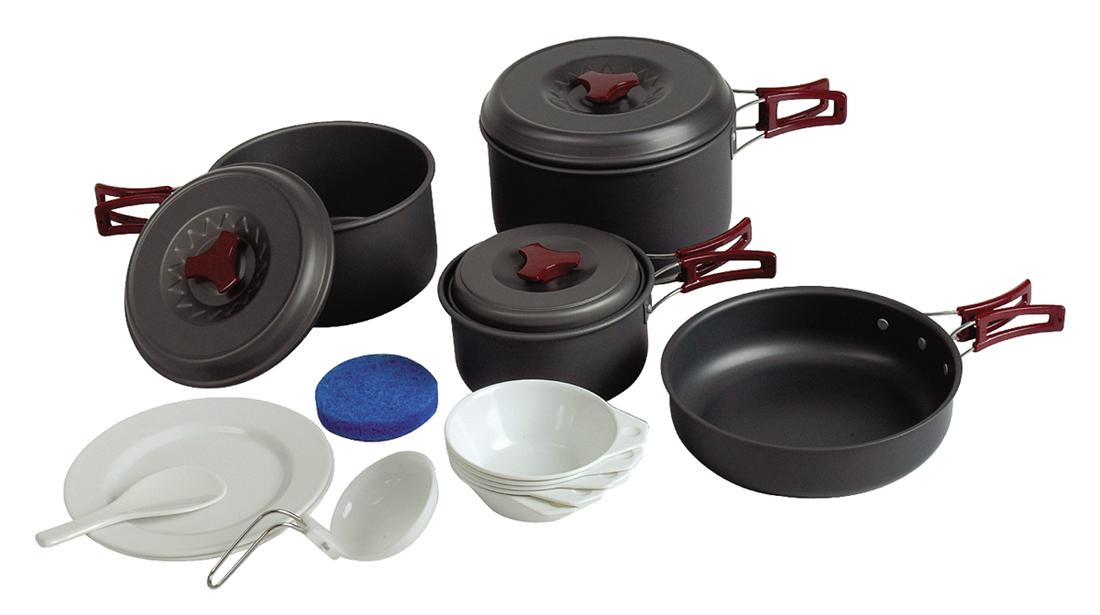 Набор посуды Tramp на 4-5 персон. TRC-026AS009Набор посуды из анодированного алюминия на 4-5 персоны Tramp Приобретая набор, Вы всегда найдете то, что может Вам понадобится во время отдыха на природе или в путешествии. Все предметы наборов очень легкие и компактно складываются друг в друга. Губка для мытья в комплекте позволит Вам без труда содержать всю посуду в чистоте. Наборы удобно упаковываются в мешочек из синтетической ткани. Комплект:котелок 2,8 л с крышкой и складными ручкамикотелок 1,8 л с крышкой и складными ручкамикотелок 1 л с крышкой и складными ручкамисковорода 0185 мм со складными ручкамиложка суповая, поварешкатарелки плоские пластмассовые 2 шттарелки глубокие пластмассовые 5 штгубка для мытья посудыАлюминий анодированный, пластмасса, полиэстер