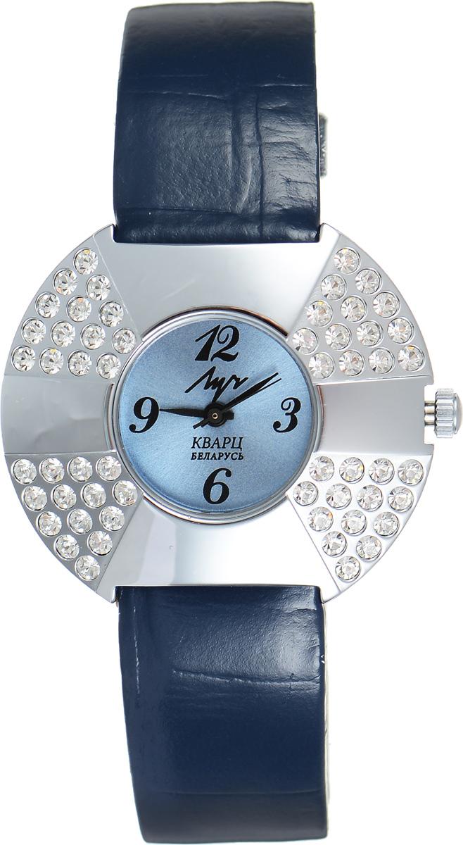 Часы наручные женские Луч, цвет: серебряный, синий. 74921492BM8434-58AEСтильные женские часы Луч выполнены из металлического сплава с высокотехнологичным покрытием из хрома. Круглый корпус часов надежно защищен устойчивым к царапинам органическим стеклом и инкрустирован стразами. Циферблат оформлен символикой бренда.Корпус изделия оснащен кварцевым механизмом, дополнен кожаным ремешком с декоративным тиснением. Ремешок застегивается на практичную пряжку.Изделие поставляется в фирменной упаковке.Часы Луч подчеркнут изящество женской руки и отменное чувство стиля у их обладательницы.