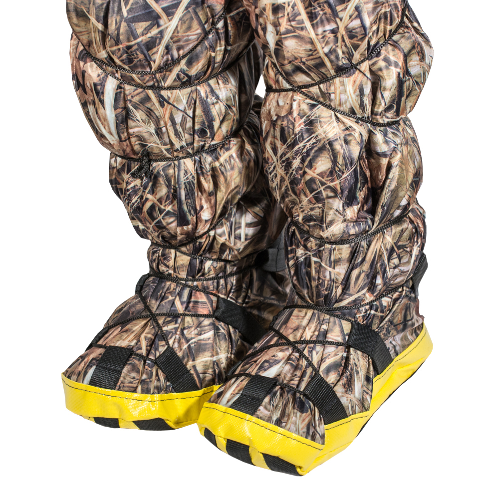 Бахилы снежные PRO-4x4, цвет: камуфляж. Размер S (36-38)CA-3505Часто бывает так, что вроде бы и ботинки надежно предохраняют от снега, но возвращаясь домой у вас все ноги мокрые и замерзшие. А все потому, что уровень снега иногда превышает высоту ботинок, и снег попадает под штанину, внутрь ботинка, образуя там ледышки, да еще и штанины все мокрые и в корке льда, что не добавляет человеческому организму здоровья. Наши снежные бахилы легко отряхиваются от снега перед посадкой в машину.Просто натягиваете бахилы на ваши ботинки, стягиваете нижнюю шнуровку по своему размеру, затягиваете верхнюю стяжку под коленом, и все, можете прыгать/бегать по сугробам совершенно не переживая за промокание обуви. Экземпляр оснащен противоскользящей накладкой. Легко отряхиваются от снега перед посадкой в машину.