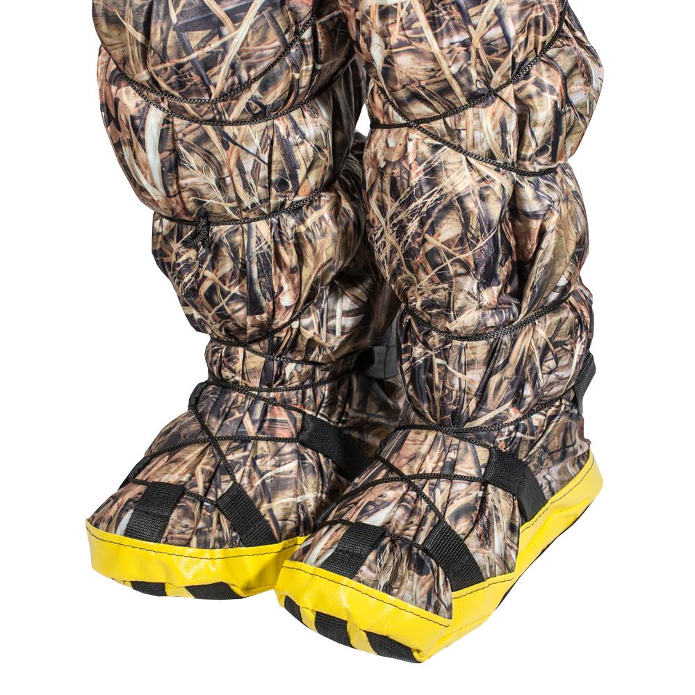 Бахилы снежные PRO-4x4, цвет: камуфляж. Размер L (44-46)MW-3101Часто бывает так, что вроде бы и ботинки надежно предохраняют от снега, но возвращаясь домой у вас все ноги мокрые и замерзшие. А все потому, что уровень снега иногда превышает высоту ботинок, и снег попадает под штанину, внутрь ботинка, образуя там ледышки, да еще и штанины все мокрые и в корке льда, что не добавляет человеческому организму здоровья. Наши снежные бахилы легко отряхиваются от снега перед посадкой в машину.Просто натягиваете бахилы на ваши ботинки, стягиваете нижнюю шнуровку по своему размеру, затягиваете верхнюю стяжку под коленом, и все, можете прыгать/бегать по сугробам совершенно не переживая за промокание обуви. Экземпляр оснащен противоскользящей накладкой. Легко отряхиваются от снега перед посадкой в машину.