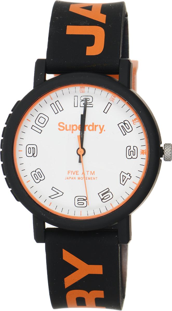 Часы наручные Superdry Urban, цвет: черный, оранжевый. SYG196OBBM8434-58AEСтильные часы Superdry Urban выполнены из нержавеющей стали, пластика и хезалитового стекла. Циферблат оформлен символикой бренда.Корпус изделия имеет степень влагозащиты 5 Bar, оснащен кварцевым механизмом и дополнен устойчивым к царапинам хезалитовым стеклом. Ремешок современного дизайна выполнен из силикона и оснащен пряжкой, которая позволит с легкостью снимать и надевать изделие.Часы поставляются в фирменной упаковке.Часы Superdry Urban подчеркнут отменное чувство стиля у их обладателя.