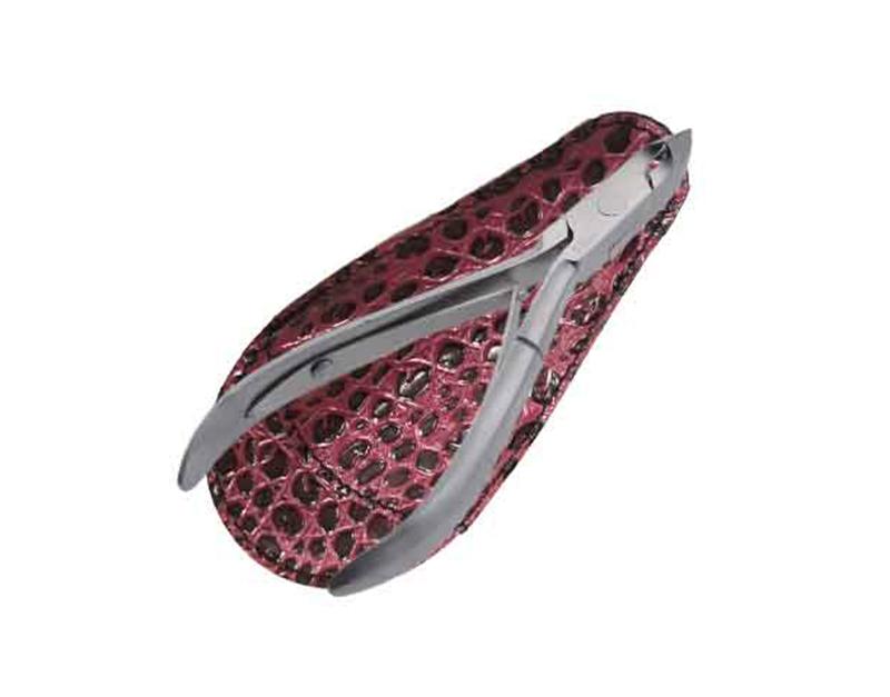 Zinger Кусачки маникюрные (в чехле) zo-B-188-FD-SH-LJ-K1NSFPMF2232Кусачки маникюрные используются для обрезания ногтей с результатом, свойственным выполнению маникюра или педикюра в салонах красоты. Кусачки изготовлены из стали высокого качества и профессионально заточены. Лезвия плотно сходятся, работают мягко и свободно. Кусачки легко открываются и закрываются, позволяя качественно обрезать ногти, не травмируя кутикулу и кожу вокруг ногтя. Кусачки имеют удобную форму, которая идеально ложится в ладонь. Цвет: матовое серебро.УВАЖАЕМЫЕ КЛИЕНТЫ! Обращаем Ваше внимание на возможные изменения в дизайне чехла, связанные с ассортиментом продукции. Поставка осуществляется в зависимости от наличия на складе. Цветовая гамма и дизайн кусачек остаются неизменными.