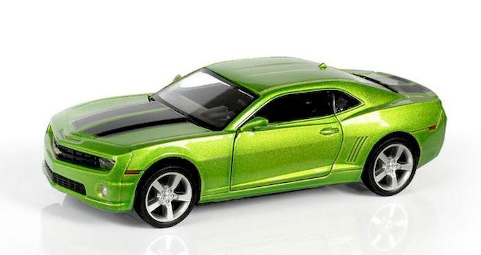 Модель машинки Chevrolet Camaro может доставить много удовольствия не только в качестве детской игрушки, но и стать подарком увлеченному коллекционированием человеку. Ведь игрушечная машинка представляет собой уменьшенную копию потрясающего спортивного автомобиля из Америки. По сравнению с прототипом копия уменьшена в 32 раза. Все элементы игрушки изготовлены из высококачественных материалов и выглядят очень реалистично. Кузов машины выполнен из металла, а мелкие детали и дно из прочного пластика. Модель оборудована фрикционным двигателем: просто потяните машинку чуть назад, а потом отпустите, чтобы она начала движение вперед. Размер машинки: 12,5 х 5,3 х 3,3 см. Цвет: зеленый металлик. Материал: металл, пластик. Размер упаковки: 16,8 x 7,6 x 7,2 см. Упаковка: картонная коробка блистерного типа.