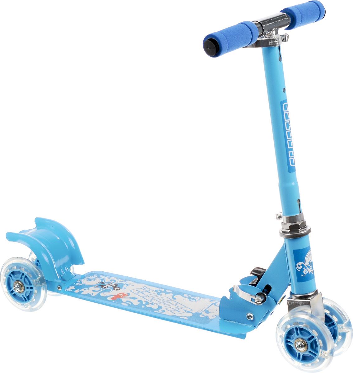 Самокат четырехколесный Charming Sports, цвет: голубой, белый. CMS010MW-1462-01-SR серебристыйЯркий детский самокат Charming Sports станет отличным подарком ребенку! Он оснащен простой в использовании системой торможения с помощью заднего колеса (достаточно наступить на педаль тормоза, расположенную над задним колесом). Дека имеет покрытие, предотвращающее скольжение. Колеса оснащены светодиодами, загорающимися при езде. Руль имеет 2 положения.Благодаря прочным материалам самокат прослужит ребенку несколько лет, а его компактный размер позволит брать его с собой куда угодно. Самокат быстро и легко складывается и не требует особых мест для хранения.