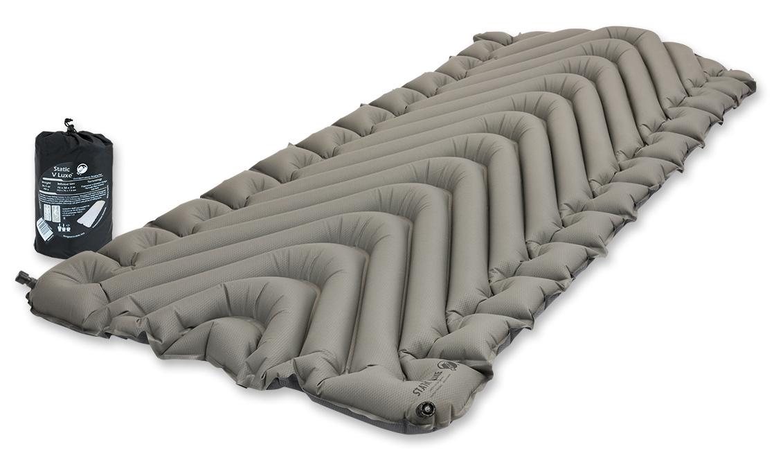 Надувной коврик Klymit Static V Luxe pad Grey, цвет: серый06VLSt01DКомпактный и легкий туристический коврик увеличенного размера для полных людей. Плюшевая поверхность создает ощущение отдыха на домашней кровати. 2 клапана (при надувании 1 клапан закрыт; при сдувании лучше открыть 2 клапана ) Технология body mapping (V- анатомическая поддержка за счет учета ключевых точек давления тела на коврик). Динамические боковые направляющие. Материал: полиэстер 75D.Надувается за 20-30 выдохов.Коэффициент теплоизоляции – 1.3 ; до + 2 °С; 3 сезона Размер в сложенном виде: 11,4 см x 20,3 см. В комплекте: коврик, 2 клапана, набор для ремонта (патч и клей), чехол.