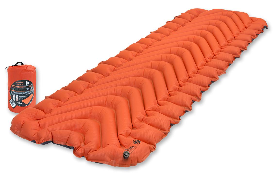Коврик надувной Klymit Insulated Static V, цвет: оранжевый23016Туристический коврик с инновационным V-анатомическим дизайном и синтетическим утеплителем, с высоким коэффициентом сохранения тепла для обеспечения комфорта! Идеален для путешествия в холодную погоду (для использования на земле, в палатке). Технология Body Mapping Динамические боковые направляющие фиксируют тело во время сна. Материал: полиэстер 75D, синтетический утеплитель. Надувается за 10- 12 выдохов.Коэффициент теплоизоляции: 4,4 (до -25°С); 4 сезона. Размер: 183 x 58,4 x 6,5 см. Размер в сложенном виде: 12,7 x 20,3 см. Вес: 709 г. В комплекте: коврик, набор для ремонта (патч и клей), чехол.